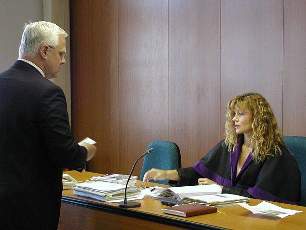 U SOUDU. Přísedících u soudu je zatím dost. Rekrutují se však z řad důchodců. Zaměstnaní lidé nemají na tuto práci čas.