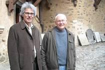 Bratři se sešli na hradě v Lokti. Thomas (vlevo), který žije v Berlíně, se na loketském hradě sešel v neděli se svým bratrem Eckhartem, který žije v New Jersey.