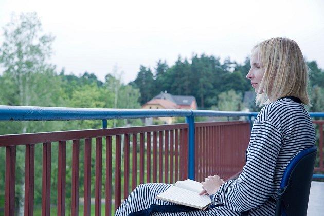 Režisér Josef Tuka a herečka Jana Plodková při natáčení filmu Absence blízkosti v ostrovské nemocnici.