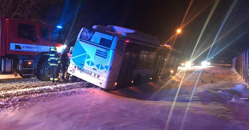 Havárie autobusu linkové dopravy v Ostrově na Karlovarsku.