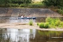 VODÁCKÁ SEZONA NA ŘECE OHŘI je v plném proudu. Vody je sice momentálně tak akorát, ale ani to neodradilo stovky vodáků od cesty za dobrodružstvím.
