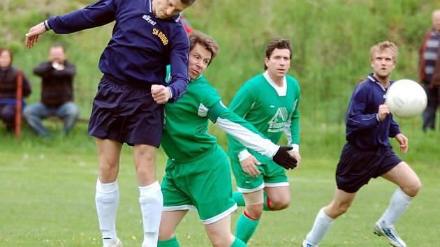 V dalším kole okresního přeboru si připsali na své konto těsné vítěztsví fotbalisté Kyselky (v zeleném), když na svém hřišti v Radošově udolali jedenáctku Doubí (v modrém)