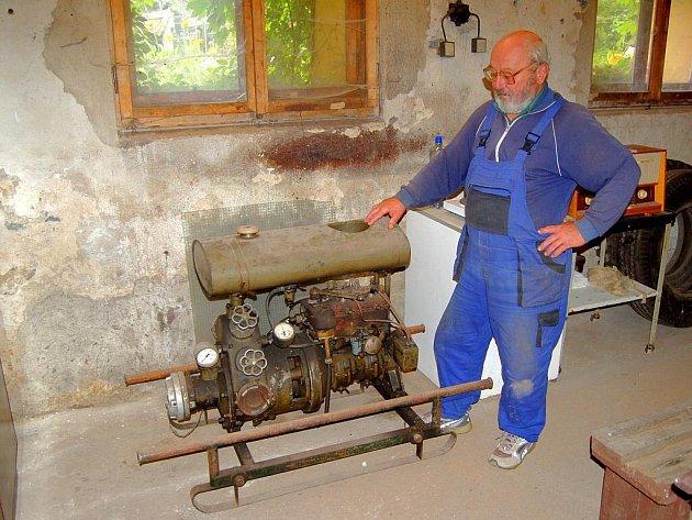RARITA.  Novohamerská hasičská zbrojnice ukrývá i tento unikát. Čerpadlo, jehož stáří neznají ani nejstarší hasiči. Podle jejich velitele Josefa Buchara (na snímku) by stačilo do nádrže nalít benzin, a čerpadlo by dál fungovalo.