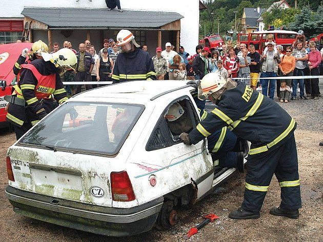 Ukázka záchrany člověka z havarovaného vozu.