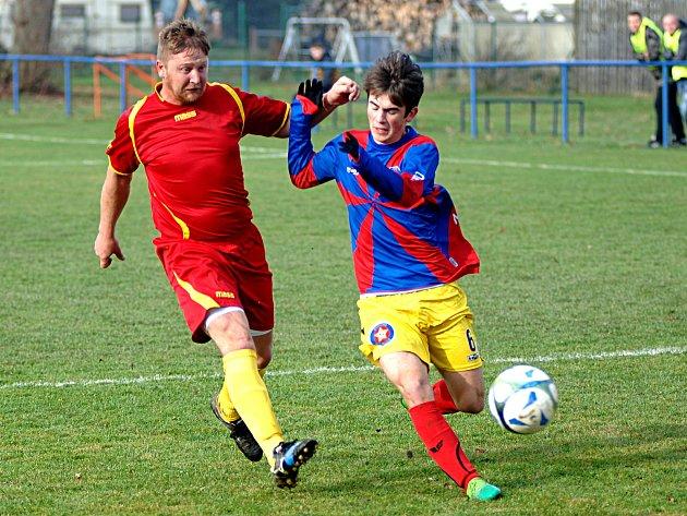 Tři body z Krajkové si odvezli borci Bochova (v červeném).