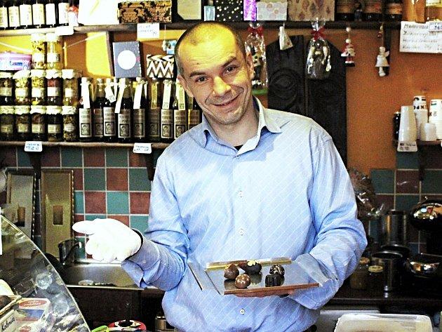 Jan Hadrava vlastnoručně vyrábí čokoládu, která má vskutku neobvyklé chutě. Například po rajčatech.