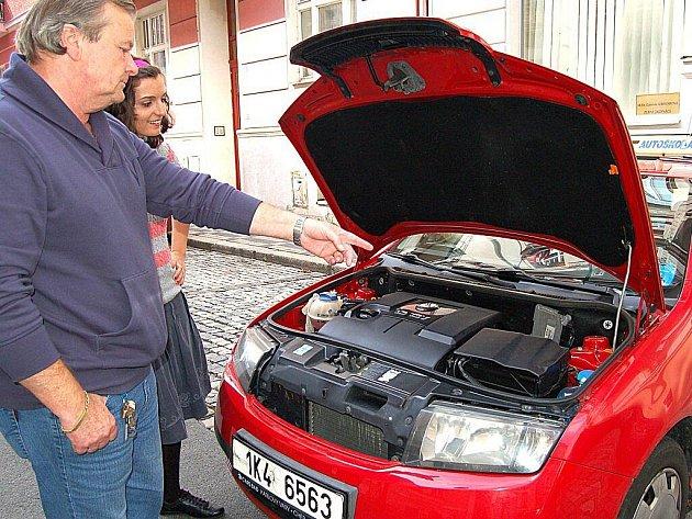 JAN ZÍKA Z AUTOŠKOLY JORDÁN  zkouší jednu z účastnic kurzu ze znalostí automobilu.
