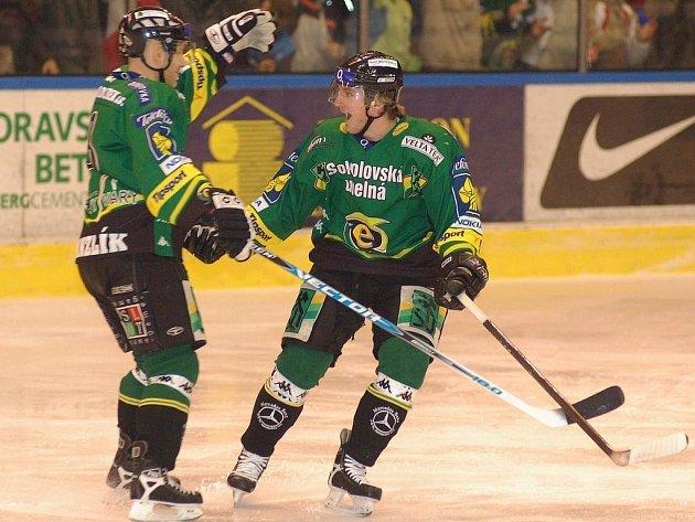 Jakub Gróf (vpravo) se raduje z úvodní branky zápasu. Jako první mu gratuluje Jiří Hanzlík.