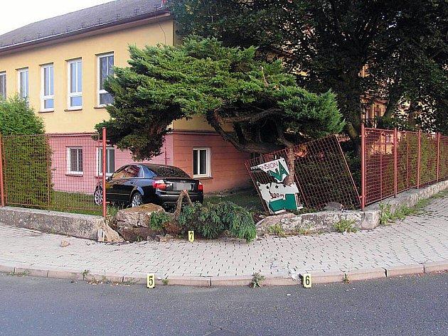 Žena projela plotem školy
