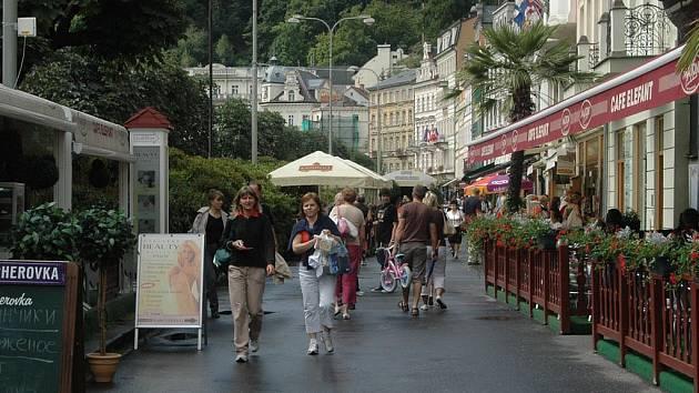 Ulice Stará louka patří k nejnavštěvovanějším v Karlových Varech. Denně tu projdou davy turistů. Ulice však potřebuje opravu. Ta je naplánována na podzim roku 2009 a postupovat bude zřejmě po etapách. Po nové Staré louce se lidé projdou za dva roky.