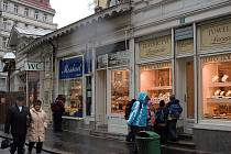 Pětadvaceti tržním krámkům v centru lázeňské zóny Karlových Varů hrozí zkáza. Tyto architektonicky cenné dřevěné objekty ničí dřevomorka.