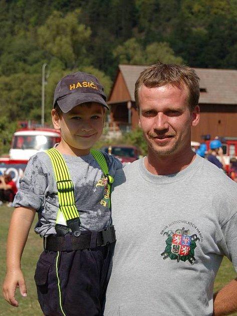 Otec a syn. V hasičských šlépějích svému otci Luboši Cupalovi (vpravo) jde i jeho syn Lukáš (vlevo).