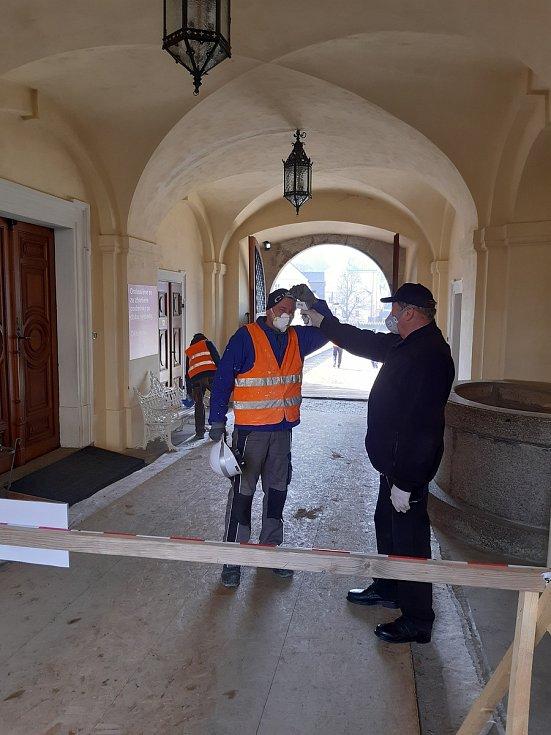 Také na bečovském hradu a zámku museli zavést přísná bezpečnostní opatření kvůli koronaviru.