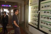 Nabídka realit je pestrá, řada lidí se však na nabídku bytů nebo domů může jen s povzdechem koukat. A to i přes klesající ceny.