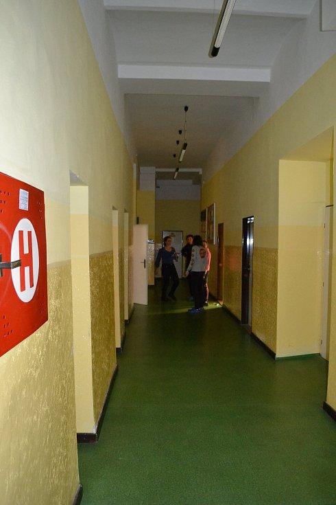 Škola 1. máje ze Dvorů sice stávkovala celá, ale o nezajištěné děti se postarala.