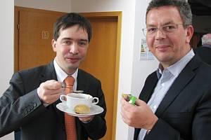 Sociální demokraté Petr Navrátil a Jakub Pánik (zleva) ani přes rozpad koalice zdánlivě neztráceli dobrou náladu a posilovali se před dalším jednáním. To bylo ve znamení četných přestávek, které neustále požadovaly jednotlivé politické kluby.