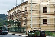 JEDNOU ZE STŘEDNÍCH škol v Karlovarském kraji, která přes léto prochází rekonstrukcí, je Střední odborné učiliště stravování a služeb v Karlových Varech.