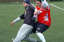 V prvním kole sedlecké Zimní ligy 2011 se radovali z výhry obhájci loňského triumfu hráči Sedleckého Old boys (v černém), když pokořili Slavii Junior (v červeném) v poměru 12:4.