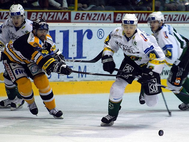 Druhým zápasem pokračovala čtvrtfinálová bitva extraligového hokeje mezi domácím týmem HC Litvínov a západočeským celkem HC Energie Karlovy Vary.