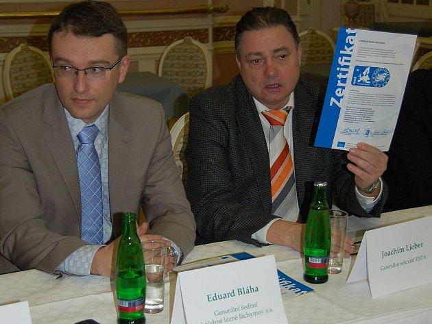 Joachim Lieber, generální sekretář Evropské lázeňské asociace (vpravo), ukazuje prestižní certifikát, který organizace udělila Léčebným lázním Jáchymov po náročném měsíčním auditu.