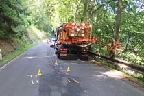 Místo nehody na silnici mezi Karlovými Vary a Kyselkou.