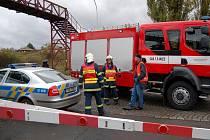 Cyklista přecházel na červenou železnici v Ostrově a střetl se s jedoucím vlakem. Cyklista z místa nehody utekl, hledá ho policie.