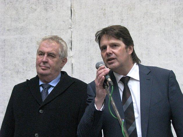 Druhou firmou, kam zamířil prezident Miloš Zeman při své návštěvě Karlovarského kraje je Lias Vintířov. Zde se přivítal s ředitelem společnosti, následovala debata o situaci ve stavebnictví.