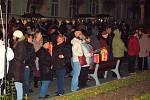 Lampionovým průvodem začaly oslavy dne svatého Martina v Jáchymově. Několik stovek lidí pak shlédlo scénku ze života světce v podání Pouliční divadla Viktora Braunreitera