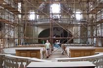 V INTERIÉRU kostela svaté Anny nyní stojí lešení a pokračují opravy této památky. Na obnovu památky byl určen i výtěžek ze sobotní akce.