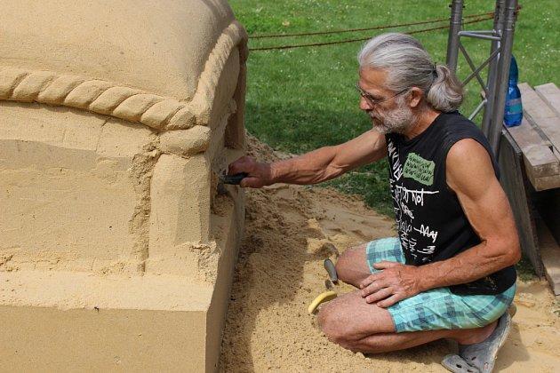 Sochař Tomáš Bosambo tvoří svou třetí sochu ve městě.