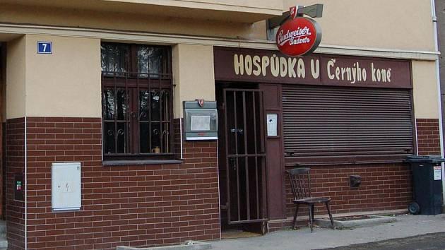 Po řadě let končí na Pražské ulici oblíbená hospůdka štamgastů U Černého koně. Prostory má dostat do nájmu prý vietnamský podnikatel.