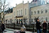 Zůstávají v majetku města. Na jak dlouho? Lázně III i po novém dodatku nájemní smlouvy zůstávají v majetku města. Po roce 2011 ale nájemce může požádat o jejich koupi.