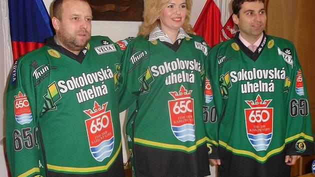 NOVÁ IMAGE MĚSTA. Primátorka Veronika Vlková a její náměstci Petr Keřka a Tomáš Hybner pózují novinářům v hokejových dresech.