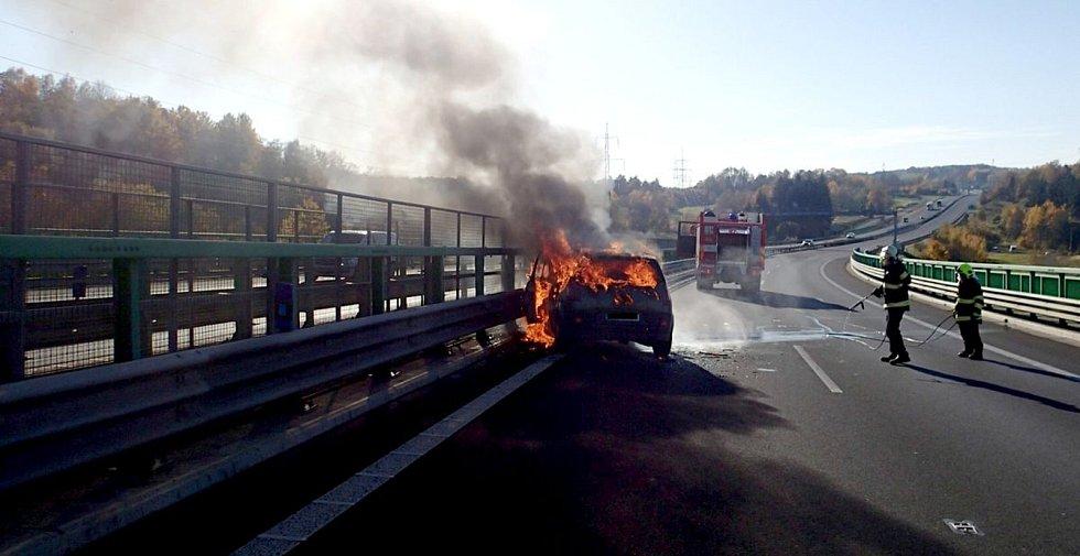 Snímky z místa požáru na dálnici D6.
