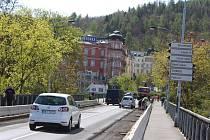 Někteří řidiči nerespektují omezení a na most najíždějí i přes zákaz.