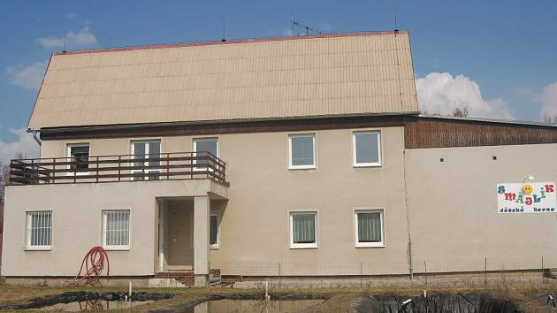Budova Českého rybářského svazu stojí v Karlových Varech u areálu Rolava. Dům si postavili rybáři. Teď někteří poukazují na to, že je z něho rodinný podnik.