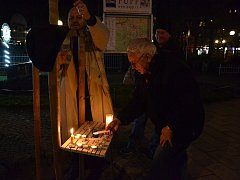 Lidé přišli v sobotu 17. listopadu na třídu TGM v Karlových Varech, si tento svátek připomněli symbolickým zapálením svíček.