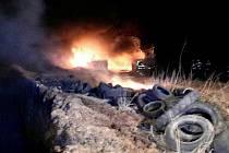 Hasiči zasahují u požáru haly s uskladněnými pneumatikami.