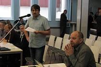 Zastupitelstvo města Karlovy Vary odvolalo už další likvidátora, Richarda Hlouška (u mikrofonu).
