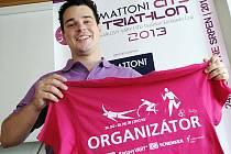 ŘEDITEL ZÁVODU Vladimír Malý ukazuje tričko, kterým budou označeni pořadatelé triatlonu.