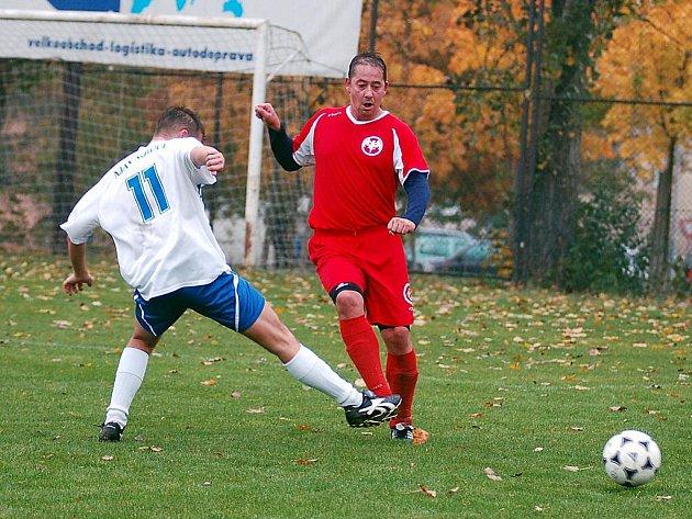 V devátém kole okresního přeboru si fotbalisté karlovarského Bacardi (v červeném) připsali na své konto třetí výhru v řadě. Tentokrát v derby pokořili výběr Ajaxu Kolová (v bílém) v poměru 3:1.