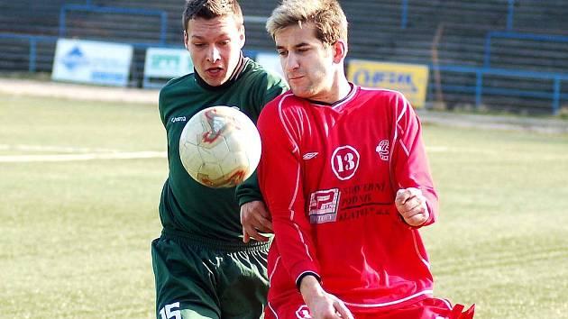 Fotbalové bitvy budou opět v zimě k vidění na stadionu Slavie v Drahovicích. Na snímku v souboji o míč karlovarský Václav Klečka (vlevo) s útočníkem Klatov.