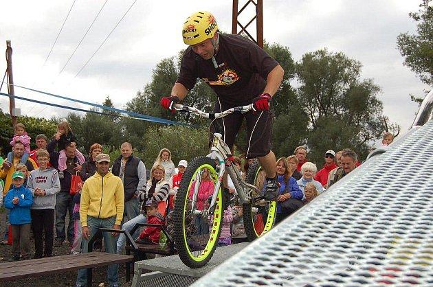 Slavnostní otevření přírodního parku Meandr Ohře v Karlových Varech. Děti pobavil kouzelník i biketrialová show