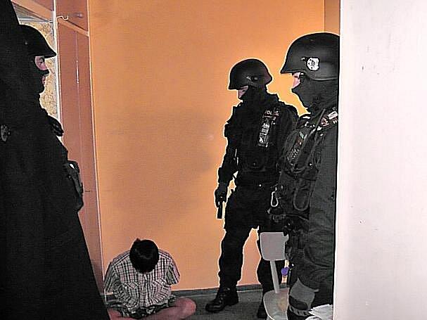KOMANDO V AKCI. Pro šestačtyřicetiletého cizince si přišli do jeho bytu v Nové Roli policejní těžkooděnci.