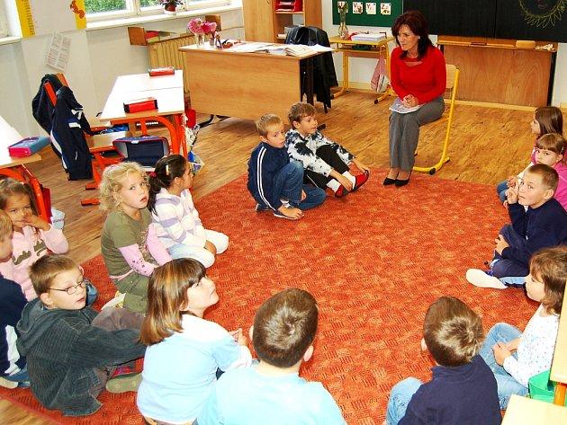 Škola v Nové Roli, kde děti trénují své vystoupení
