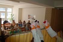 Ostrovští ochotníci v neděli zahráli dětem z dětského oddělení ostrovské nemocnice pohádku Prasátka se vlka nebojí.