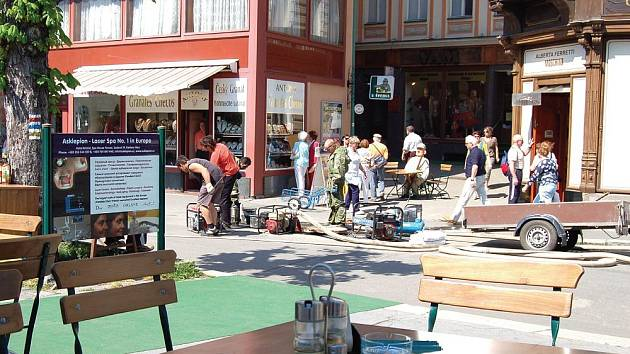 DÁTE SI SACHR S PŘÍCHUTÍ KANÁLU? Restauratéři na Staré louce byli v pátek nebývale rozezleni na pracovní partu VaK Karlovy Vary, která prováděla za nebývalého hluku čerpadel spárování nově instalovaného kanalizačního potrubí.