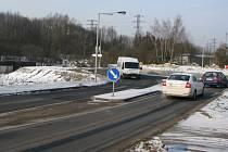 Kruhová křižovatka v Kraslické ulici v Sokolově. V levé části snímku je připravena odbočka na budoucí obchvat.
