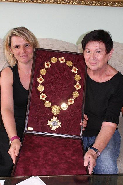 Dcera cukráře Štěpánka Karešová a manželka Ludmila sŘádem svatého Ambrože, který někdejší šéfcukrář Puppu dostal.