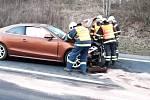 Ještě před příjezdem hasičů odvezla záchranná služba na ošetření do nemocnice dvě zraněné děti a jednoho dospělého.